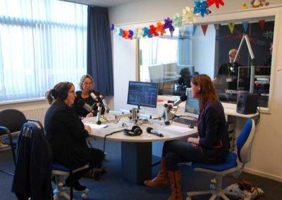 Hanneke praat met de dames Van Lint - Logo en Interieur